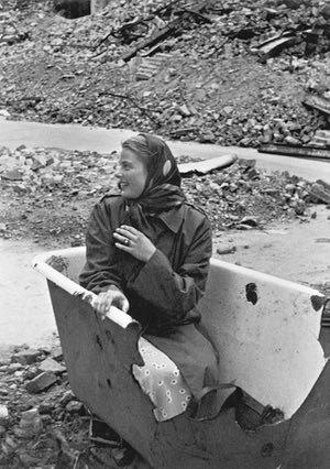 29 - Ingrid Bergman in una vasca da bagno